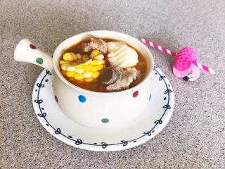 山药玉米排骨汤,山药玉米排骨汤加入了番茄,汤汁浓郁鲜美,无油少盐,营养丰富~
