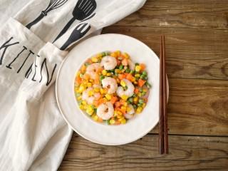 玉米炒虾仁,出锅装盘。
