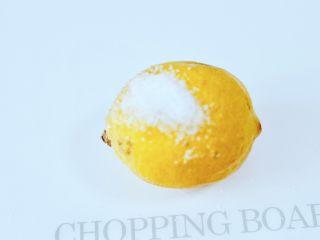 水果花茶,柠檬清洗干净后,用少许盐把表面搓洗干净。