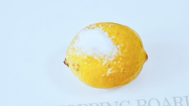 水果花茶,<a style='color:red;display:inline-block;' href='/shicai/ 595'>柠檬</a>清洗干净后,用少许盐把表面搓洗干净。