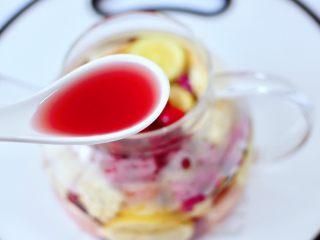 水果花茶,最后倒入蔓越莓汁。