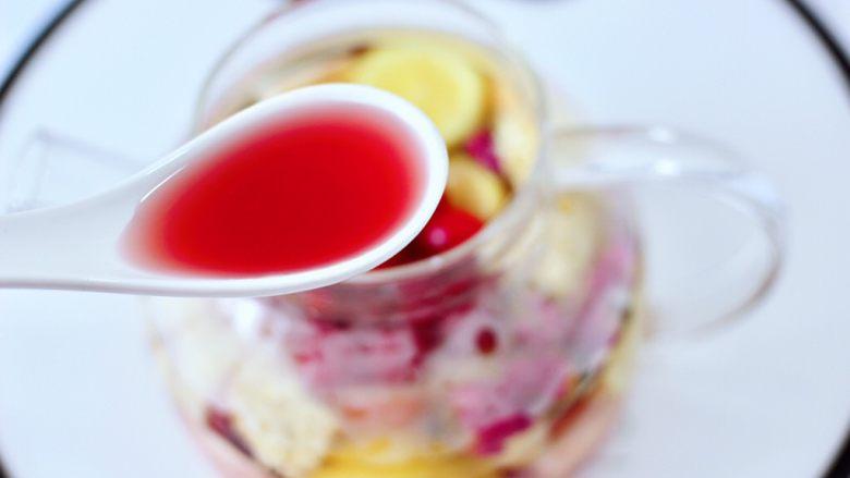 水果花茶,最后倒入<a style='color:red;display:inline-block;' href='/shicai/ 109177'>蔓越莓汁</a>。