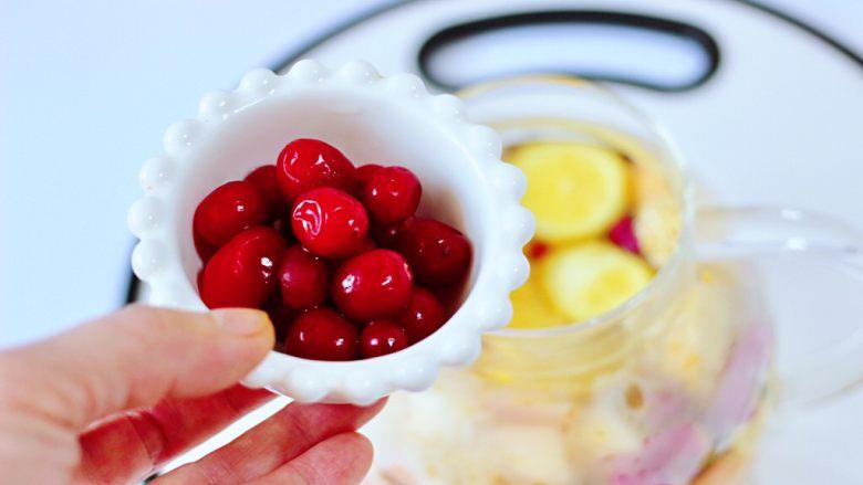 水果花茶,茶壶里加入苹果和桔子,柿子和柠檬,葡萄和<a style='color:red;display:inline-block;' href='/shicai/ 109206'>新鲜蔓越莓</a>。