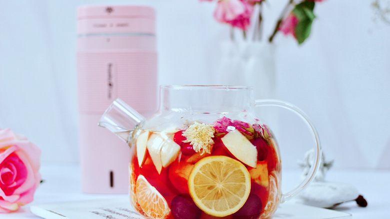 水果花茶,用勺子把所有的食材混合搅拌均匀即可。