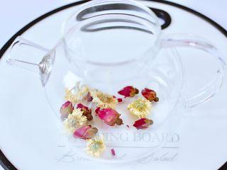 水果花茶,茶壶里先放入玫瑰花和菊花。