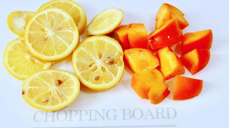 水果花茶,柠檬用刀切成薄片,<a style='color:red;display:inline-block;' href='/shicai/ 602'>柿子</a>洗净后用刀切小块。