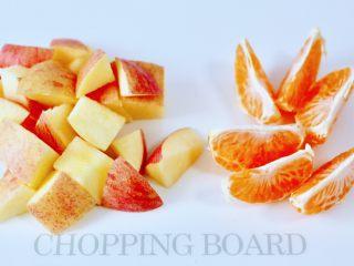 水果花茶,苹果洗净后用刀切成小块,桔子去皮后,撕成瓣。
