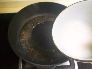 酸辣娃娃菜,加入3勺陈醋,加入精盐,倒入水淀粉