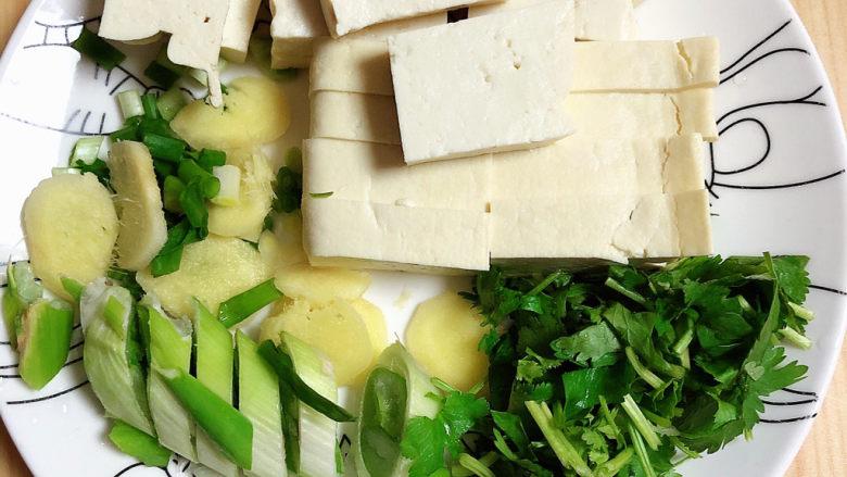酸菜炖大骨,配菜切碎待用。