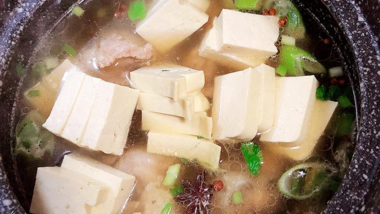酸菜炖大骨,再放入一些豆腐。
