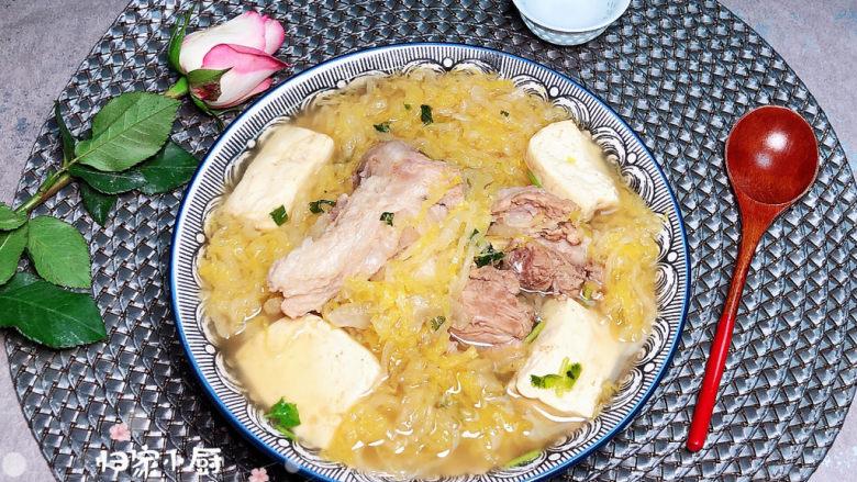 酸菜炖大骨,配上嫩嫩的豆腐,好吃到爆哦!