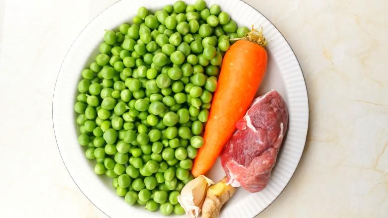 营养美味的豌豆炒牛肉,准备好所有食材。
