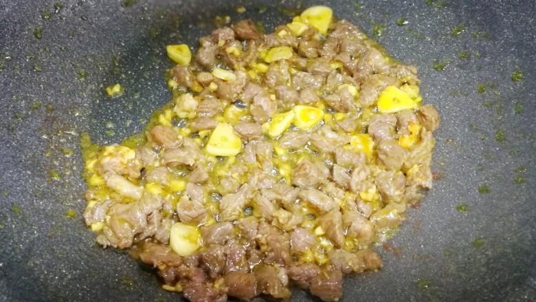 营养美味的豌豆炒牛肉,将牛肉粒中加一勺油拌匀翻炒至牛肉粒变色盛起备用。