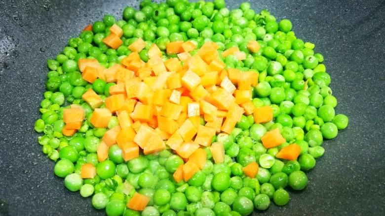 营养美味的豌豆炒牛肉,加入胡萝卜。