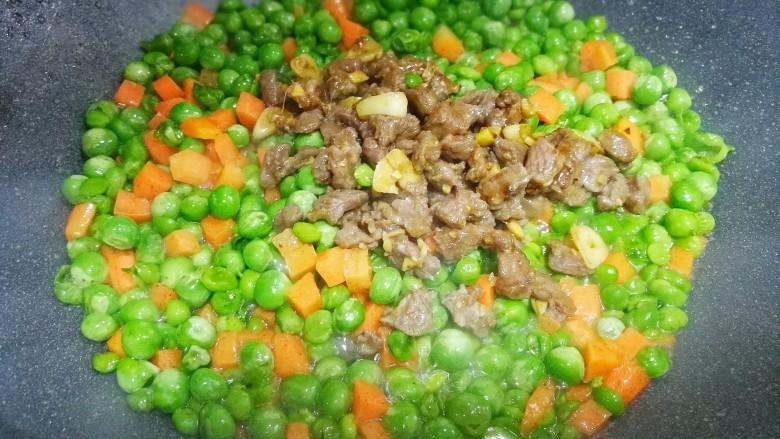 营养美味的豌豆炒牛肉,加入牛肉炒匀即可。
