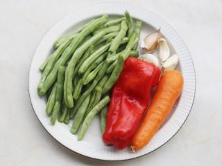 简单好吃的炒四季豆,准备好所有食材。