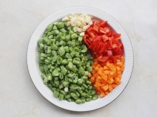 简单好吃的炒四季豆,四季豆、胡萝卜、大红椒切粒,大蒜切碎。