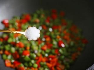 简单好吃的炒四季豆,加入一勺盐。