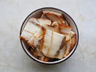 佛手瓜炒腊肉,腊肉切片煮3分钟。