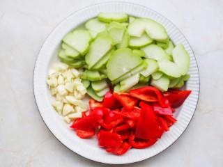 佛手瓜炒腊肉,佛手瓜去籽切成薄片,大红椒切滚刀块,大蒜切碎。