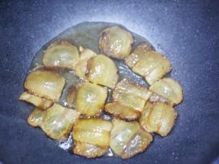 佛手瓜炒腊肉,腊肉放入锅中煸炒出油。