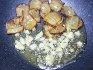 佛手瓜炒腊肉,加入大蒜爆香。