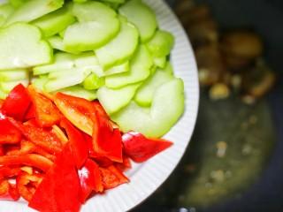 佛手瓜炒腊肉,加入佛手瓜和红椒。