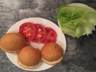 快手蔬菜肉饼减脂汉堡,将番茄洗净切片,生菜洗净溧水,汉堡胚中间切开备用;
