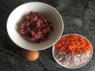快手蔬菜肉饼减脂汉堡,将肉末、洋葱丁、胡萝卜丁混匀并打入鸡蛋搅拌均匀;