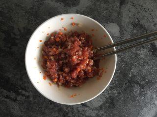 快手蔬菜肉饼减脂汉堡,加入食盐及胡椒粉调味,并搅拌均匀;