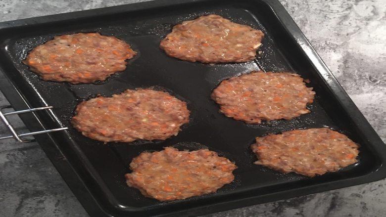 快手蔬菜肉饼减脂汉堡,肉饼烤好后将烤盘取出,将刚才切好的汉堡放入微波炉里稍微叮一下;
