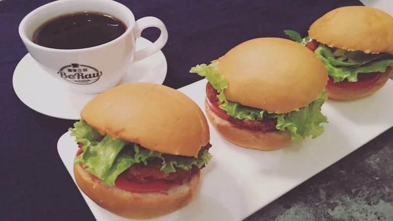 快手蔬菜肉饼减脂汉堡,然后将番茄、肉饼、蔬菜一次放入汉堡胚中制成汉堡,塔拉,完工!