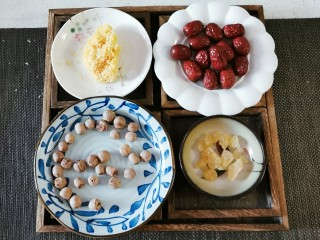 红枣银耳莲子汤,食材准备好