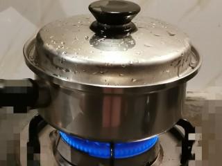 红枣银耳莲子汤,大火煮开  转小火慢炖