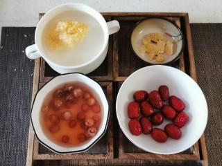 红枣银耳莲子汤,食材处理好