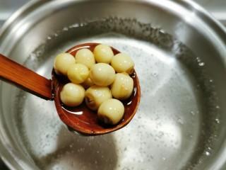 红枣银耳莲子汤,取出汤锅  注入清水  加热 同时放入莲子