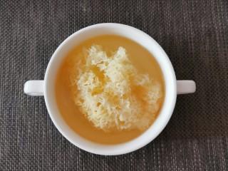 红枣银耳莲子汤,银耳泡好了
