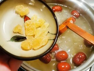 红枣银耳莲子汤,放入冰糖 再煮10分钟  关火  焖几分钟