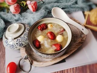 红枣银耳莲子汤,红枣银耳莲子汤出锅啦 全程大约50分钟