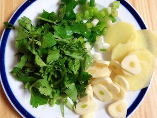 海鲜豆腐煲,配菜切好待用。