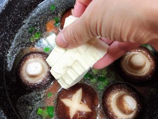 海鲜豆腐煲,慢慢放入豆腐块儿。