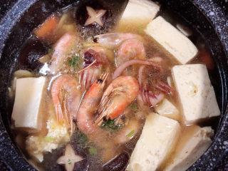 海鲜豆腐煲,开盖儿,放入八爪鱼和虾。盖盖继续小火儿煲5分钟。