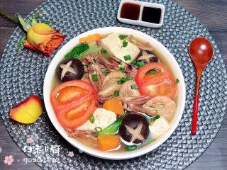 海鲜豆腐煲,一道色彩艳丽、香气四溢的海鲜豆腐煲就上桌了!