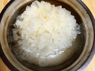 红枣银耳莲子汤,提前侵泡银耳2-3小时。
