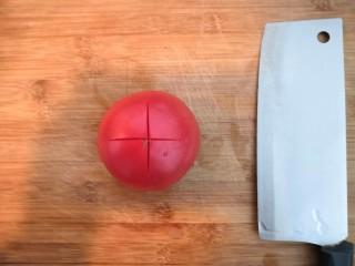番茄金针菇汤,把番茄,用刀,中间划十字口