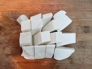 番茄金针菇汤,豆腐,清洗干净,切成小块,备用
