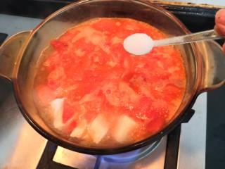番茄金针菇汤,把盐,也加入锅中,搅拌一下,大火烧开