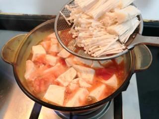 番茄金针菇汤,烧开后,加入金针菇