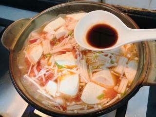 番茄金针菇汤,把生抽倒入,调味