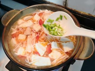 番茄金针菇汤,煮开后,金针菇断生,加入葱花